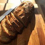 Bruschetta aux saveurs italiennes - Couper le pain en biseau avec le couteau scie.