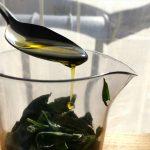 Bruschetta aux saveurs italiennes - Mettre les feuilles de basilic dans le verre doseur avec l'ail, le sel et l'huile d'olive.