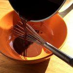 Moelleux au chocolat et aux poires - Verser dans un grand saladier lorsque le mélange est lisse et homogène.
