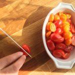 Bruschetta aux saveurs italiennes - . Laver les tomates cœur de pigeon puis les couper en deux en biais.