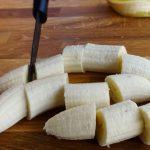Bananes flambées au rhum vieux - Peler les bananes et les couper en tranches épaisses de 2 cm d'épaisseur.