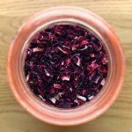 Jus de bissap ivoirien - Les fleurs d'hibiscus séchées sont essentiellement produites sur le continent africain et constituent l'ingrédient principal du jus de bissap.
