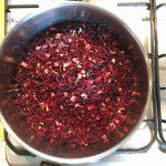 Jus de bissap ivoirien - Mettre dans une casserole l'eau et les fleurs d'hibiscus, porter à ébullition.