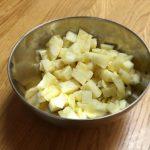 Jus de bissap ivoirien - Détailler l'ananas en morceaux.