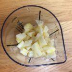 Jus de bissap ivoirien - Placer les morceaux d'ananas dans un récipient à bord haut.