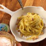 Tagliatelles au roquefort, noix et miel - Tremper un couteau dans le miel et le laisser couler au dessus des pâtes.