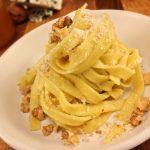 Tagliatelles au roquefort, noix et miel - Saupoudrer de parmesan fraîchement râpé.