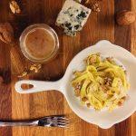 Tagliatelles au roquefort, noix et miel - Un plat qui sort de la routine ! Prêt en quelques minutes, cette recette simple et délicieuse va vous faire découvrir de nouvelles saveurs.