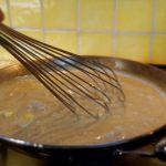 Pintade fermière aux St-Jacques - Ôter la poêle du feu et incorporer le beurre très froid en mélangeant vivement avec un fouet.