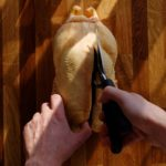 Canard braisé au poivre de Sichuan - À l'aide d'une paire de ciseaux, retirer la colonne vertébrale.