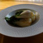 Canard braisé au poivre de Sichuan - Dresser les pak choÏ dans les assiettes.