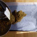 Bouillon de légumes en poudre maison - Verser la pâte dans une plaque tapissée de papier sulfurisé.