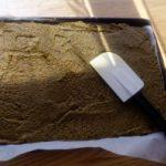Bouillon de légumes en poudre maison - Étaler la pâte à l'aide d'une maryse.