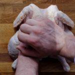 Poulet en crapaudine au citron et au chorizo - Ouvrir le poulet en appuyant fortement sur le dessus avec la paume de la main.