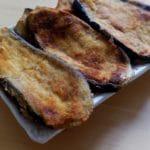 Escalopes d'aubergines panées - Dresser les escalopes dans les assiettes et déguster aussitôt.