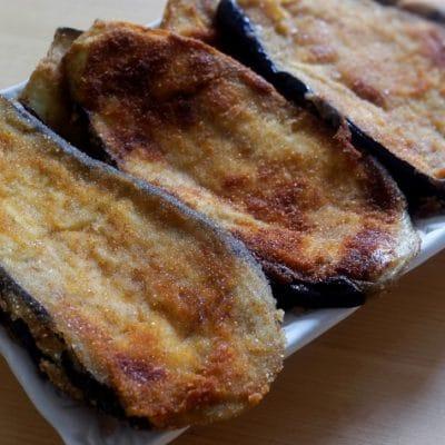 Escalopes d'aubergines panées - Cette recette, composée de peu d'ingrédients, met bien en valeur le goût de l'aubergine. C'est un délice !