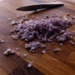 Cailles au pineau de Charentes - Peler l'échalote et l'émincer le plus finement possible avec un couteau d'office.