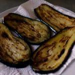 Aubergines à la sicilienne - Quand elles sont grillées, les déposer dans une assiette tapissée de papier absorbant.